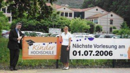 """Hochschul-Rektor Prof. Dr. Armin Willingmann und die Einrichtungsgeschäftsführerin des Internationalen Bundes Ines Kühnel starten am 1. Juli 2006 gemeinsam die """"KinderHochschule"""""""